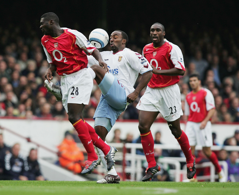 Pares do zagueiro do Arsenal ao longo dos anos 2